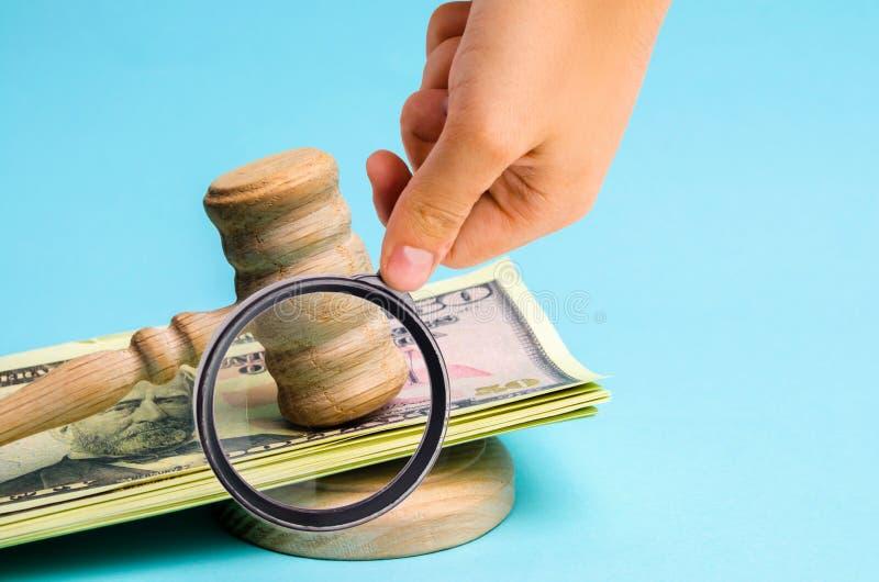 Αμερικανικά δολάρια και σφυρί του δικαστή/gavel Η έννοια της δωροδοκίας στο κράτος και την κυβέρνηση δικαστήριο Πτώχευση, δωροδοκ στοκ εικόνες
