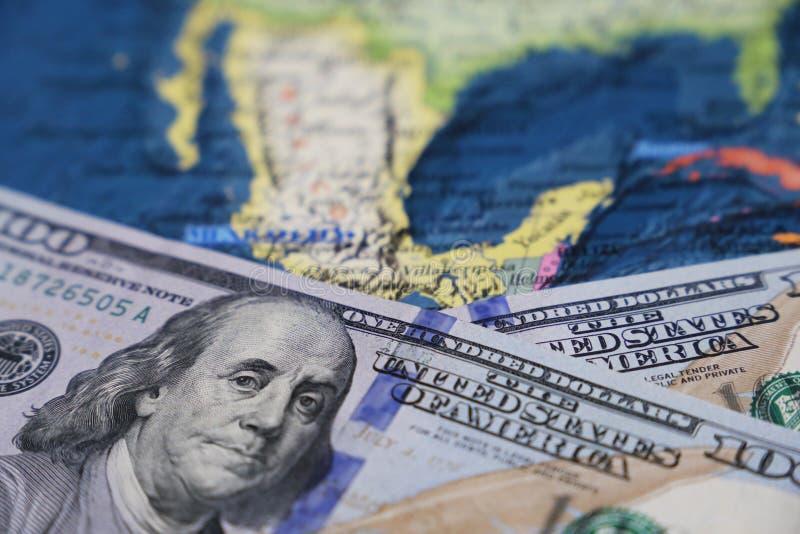 Αμερικανικά δολάρια στο χάρτη του Μεξικού στοκ εικόνα