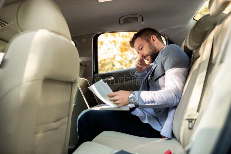 Ανάλυση των επιχειρησιακών εγγράφων στο πίσω μέρος του αυτοκινήτου στοκ εικόνα με δικαίωμα ελεύθερης χρήσης