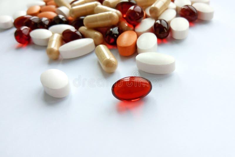 Ανάμεικτα ζωηρόχρωμα φαρμακευτικά χάπια, ταμπλέτες και κάψες ιατρικής στο άσπρο υπόβαθρο στοκ εικόνες με δικαίωμα ελεύθερης χρήσης
