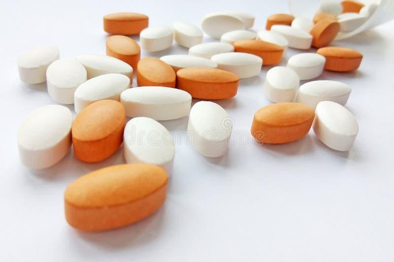 Ανάμεικτα ζωηρόχρωμα φαρμακευτικά χάπια, ταμπλέτες και κάψες ιατρικής με το μπουκάλι στο άσπρο υπόβαθρο στοκ εικόνα με δικαίωμα ελεύθερης χρήσης