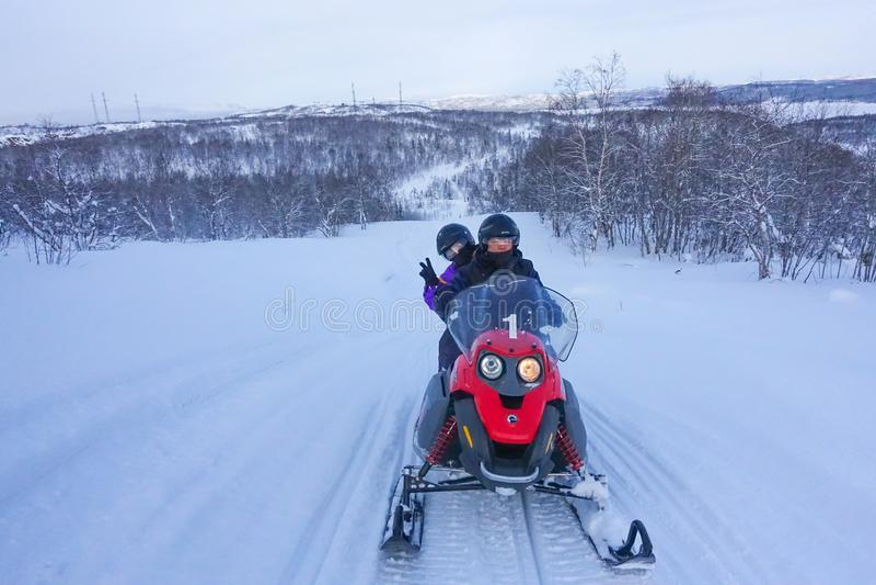 Αναβάτης στο όχημα για το χιόνι στο χιονοδρομικό κέντρο βουνών σε Amut Ρωσία στοκ εικόνα με δικαίωμα ελεύθερης χρήσης