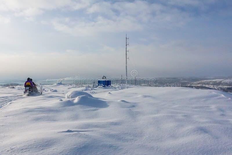 Αναβάτης στο όχημα για το χιόνι στο χιονοδρομικό κέντρο βουνών σε Amut Ρωσία στοκ εικόνες