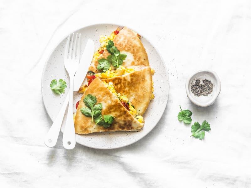 Ανακατώστε το quesadilla ζαμπόν λαχανικών αυγών σε ένα ελαφρύ υπόβαθρο, τοπ άποψη Νόστιμο πρόχειρο φαγητό, tapas στοκ εικόνα