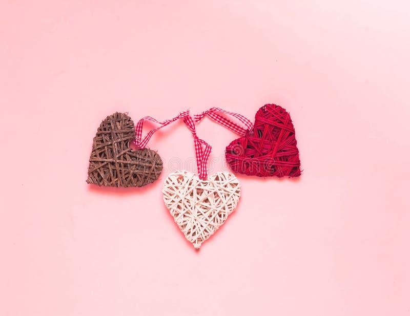 ανασκόπησης η μπλε κιβωτίων καρδιά δώρων ημέρας έννοιας εννοιολογική απομόνωσε τους διαμορφωμένους ακόμα κόκκινο βαλεντίνους καλα στοκ εικόνα