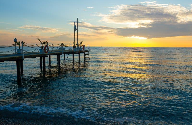 Ανατολή στη θάλασσα με μια αποβάθρα σε Kemer στοκ φωτογραφίες με δικαίωμα ελεύθερης χρήσης