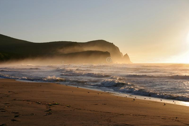 Ανατολή της Misty στην ακτή της θάλασσας της Ιαπωνίας στοκ εικόνες