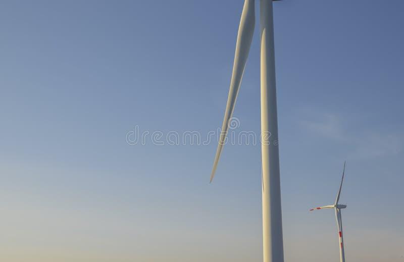 Ανεμοστρόβιλοι στο ηλιοβασίλεμα Ανανεώσιμες πηγές ηλεκτρικής ενέργειας χωρίς ρύπανση Trentino, Ιταλία στοκ εικόνες