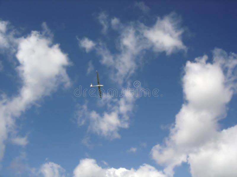 Ανεμοπλάνο ενάντια στον ουρανό στοκ φωτογραφίες με δικαίωμα ελεύθερης χρήσης