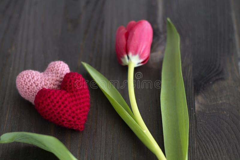 Ανθοδέσμη των κόκκινων τουλιπών με τις καρδιές στοκ φωτογραφίες
