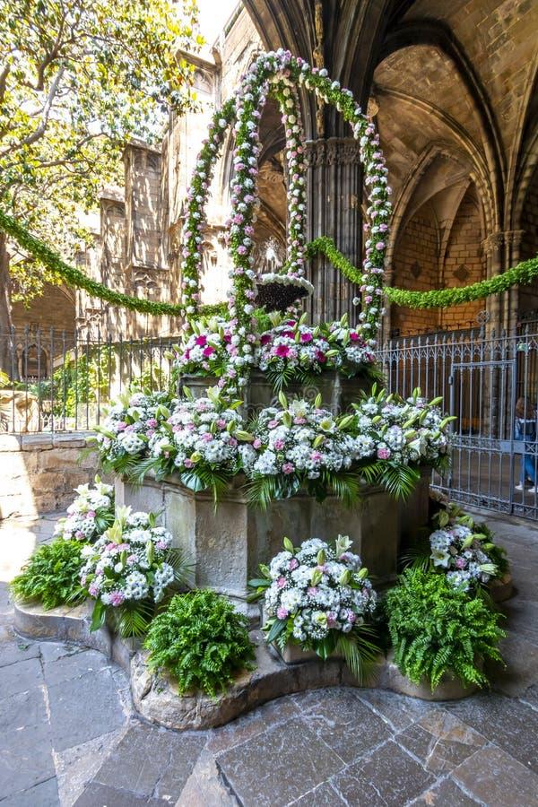 Ανθοδέσμη των λουλουδιών στο προαύλιο του καθεδρικού ναού του ιερού σταυρού και Αγίου Eulalia στο γοτθικό τέταρτο, Βαρκελώνη, Ισπ στοκ εικόνες