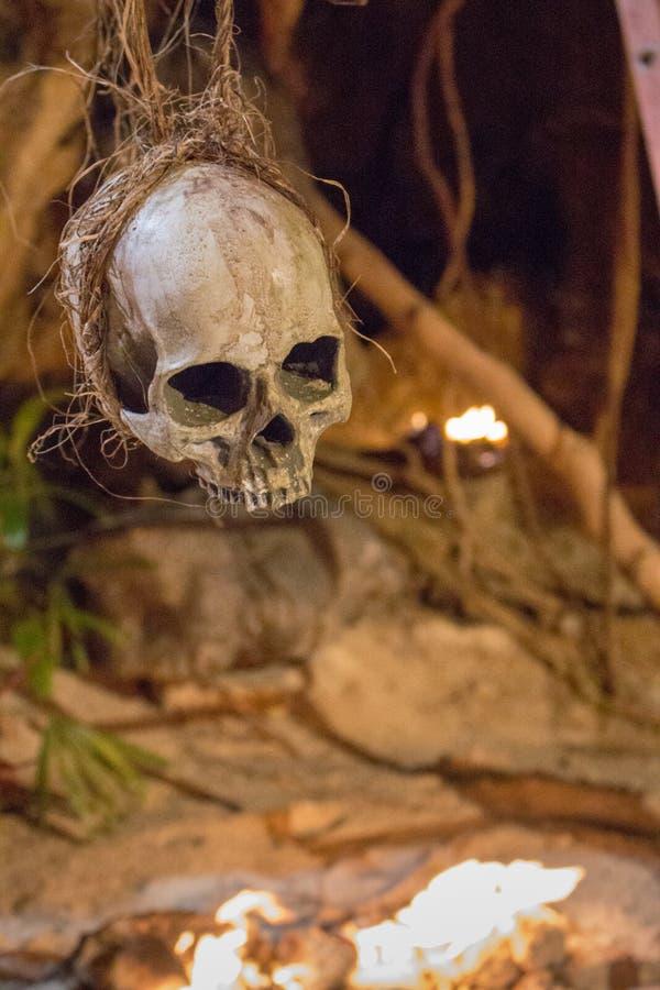 Ανθρώπινη ένωση scull στο σχοινί Σύμβολο θανάτου Έννοια φόβου και φρίκης Scull που απομονώνεται απόκοσμο στοκ εικόνες