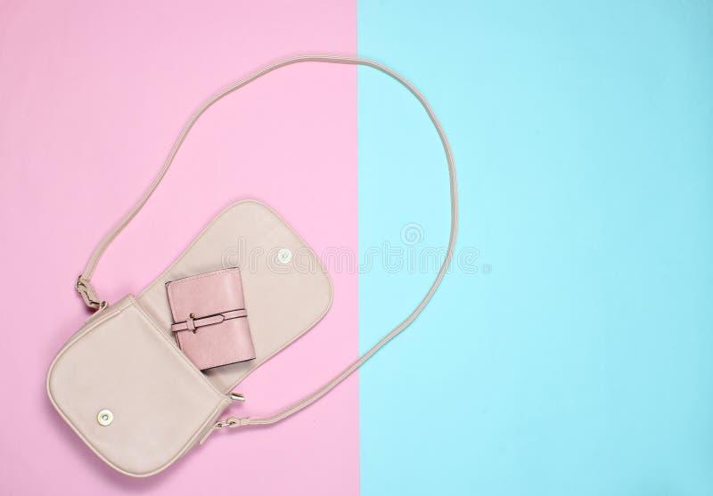 Ανοικτή μοντέρνη τσάντα δέρματος με ένα πορτοφόλι στοκ εικόνα με δικαίωμα ελεύθερης χρήσης