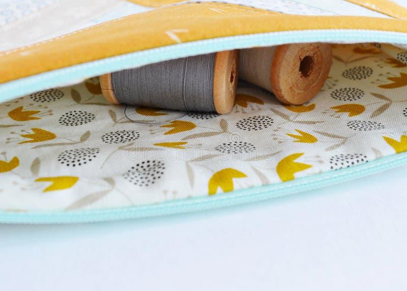 Ανοικτή σακούλα έννοιας και αναδρομικά ξύλινα στροφία νημάτων στοκ εικόνα με δικαίωμα ελεύθερης χρήσης