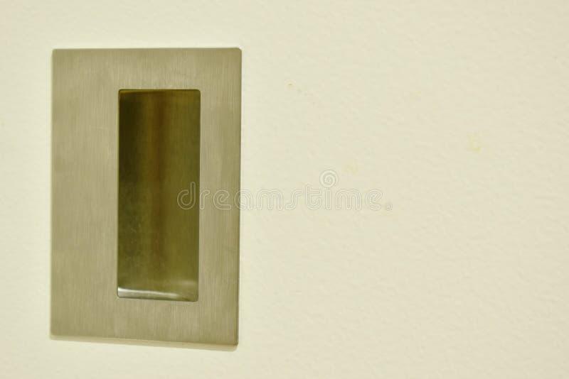 Ανοξείδωτη λαβή της άσπρης συρόμενης πόρτας στο εσωτερικό στοκ φωτογραφίες