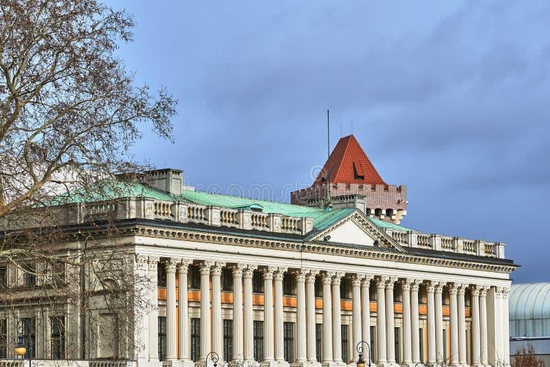Ανύψωση του κτηρίου με τις κορινθιακές στήλες στοκ φωτογραφία με δικαίωμα ελεύθερης χρήσης