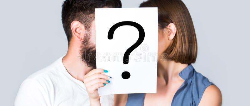 Ανώνυμη, ερώτηση ανδρών και γυναικών Ζεύγος φιλιών, incognita Προβλήματα και διαλύματα Ζεύγος στη φιλονικία Φιλονικία μεταξύ στοκ εικόνα με δικαίωμα ελεύθερης χρήσης