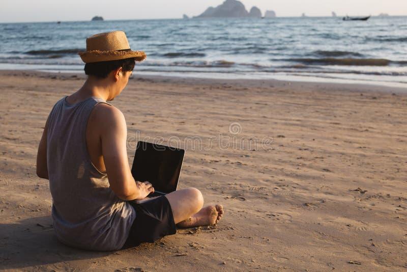 Ανώνυμο freelancer που χρησιμοποιεί το lap-top κοντά στη θάλασσα στοκ εικόνα με δικαίωμα ελεύθερης χρήσης
