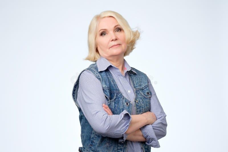 Ανώτερη ξανθή Ευρωπαία γυναίκα με τις αλαζονικές συγκινήσεις στοκ φωτογραφία