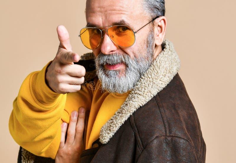 Ανώτερος μοντέρνος πλούσιος άνθρωπος με μια γενειάδα και mustache σε ένα παλτό δέρματος στοκ εικόνες