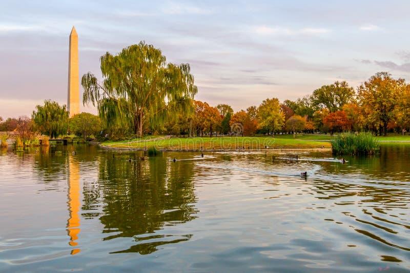 Αντανακλάσεις μνημείων της Ουάσιγκτον στη λεωφόρο Capitol στοκ φωτογραφία