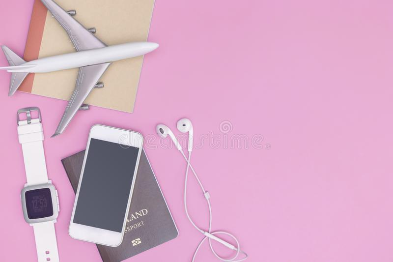 Αντικείμενα συσκευών τεχνολογίας ταξιδιού διακοπών για την έννοια ταξιδιού στοκ φωτογραφίες με δικαίωμα ελεύθερης χρήσης