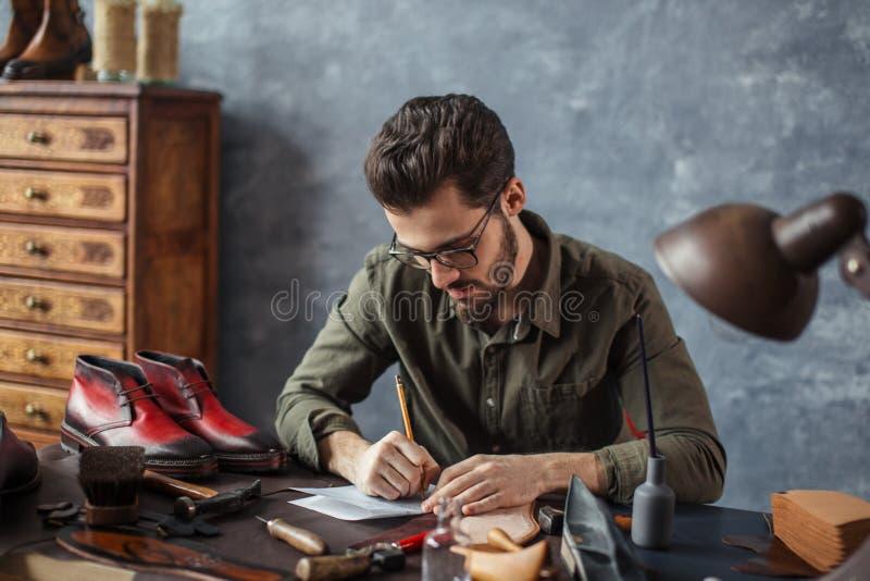 Αξύριστο άτομο που αποκτά τη γνώση και την εμπειρία στη βιομηχανία παπουτσιών στοκ εικόνες