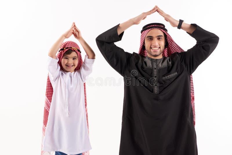 Αραβικός πατέρας και λίγος γιος στην εθνική ενδυμασία στοκ φωτογραφίες