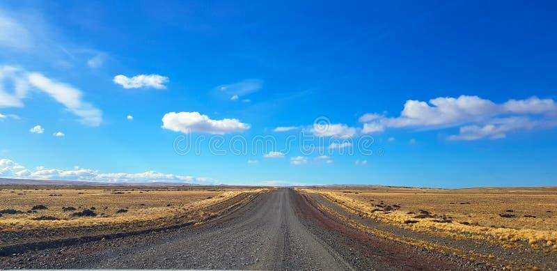 Αργεντινός δρόμος της Παταγωνίας που διασχίζει ένα χαρακτηριστικό τοπίο, Παταγωνία, Αργεντινή στοκ εικόνες