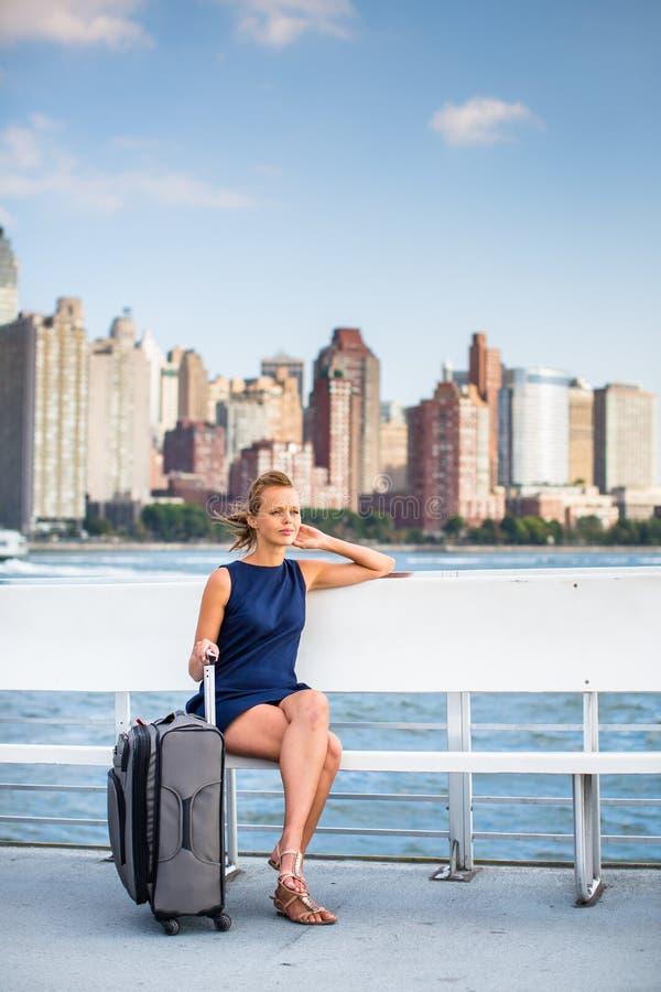 Αρκετά, επιχειρηματίας σε μια βάρκα σε NYC στοκ εικόνες