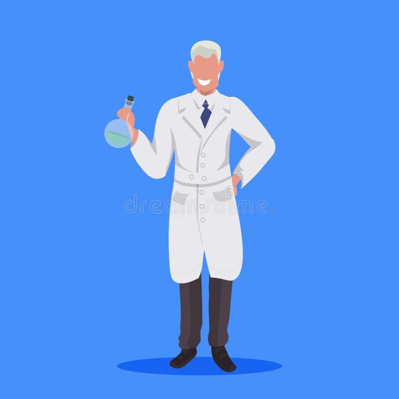 Αρσενικός εργαστηριακός τεχνικός ατόμων σωλήνων δοκιμής εκμετάλλευσης επιστημόνων στο άσπρο ομοιόμορφο ιατρικό επαγγελματικό επάγ διανυσματική απεικόνιση