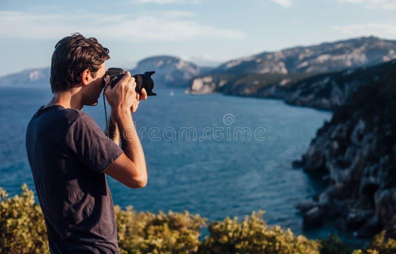 Αρσενικός φωτογράφος που παίρνει τη φωτογραφία της όμορφης ακτής της Ιταλίας στοκ φωτογραφίες