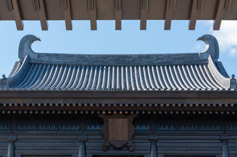 Αρχαία κινεζική αρχιτεκτονική στεγών ναών με το μπλε ουρανό και το άσπρο σύννεφο στοκ φωτογραφία με δικαίωμα ελεύθερης χρήσης