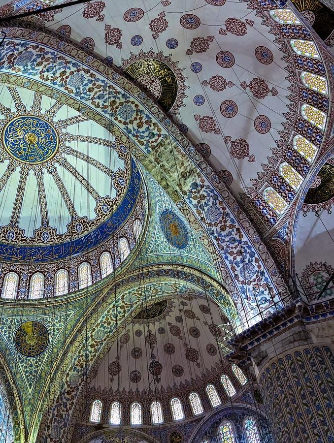 Αρχιτεκτονικό ύφος ισλαμικός, πρώην κλασσικός Οθωμανός των λουλουδιών, των φρούτων και των κυπαρισσιών στοκ εικόνα με δικαίωμα ελεύθερης χρήσης