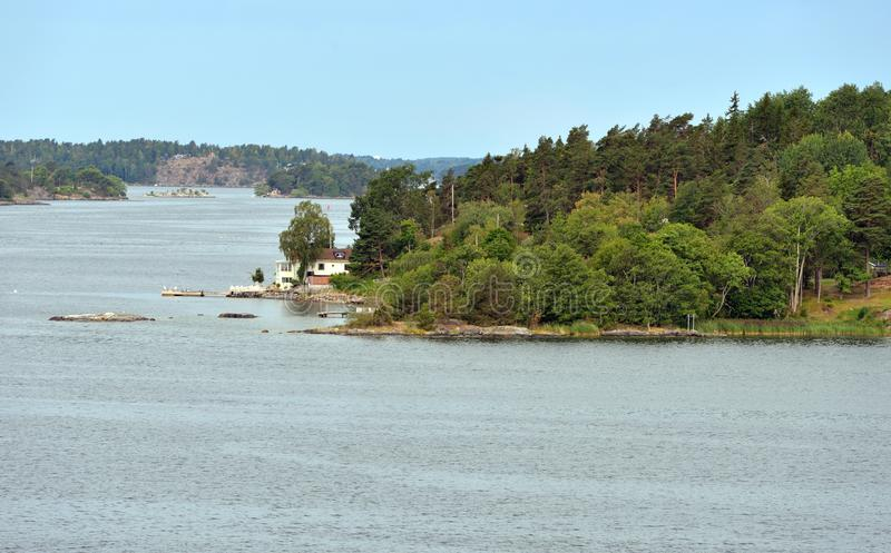 Αρχιπέλαγος της Στοκχόλμης στη θάλασσα της Βαλτικής Θερινό τοπίο με το Λευκό Οίκο στην ακτή στοκ εικόνες