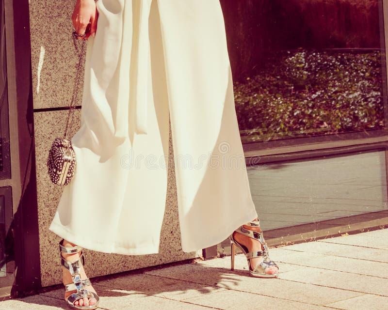 Ασημένια υψηλά τακούνια, πορτοφόλι και culottes στοκ εικόνες