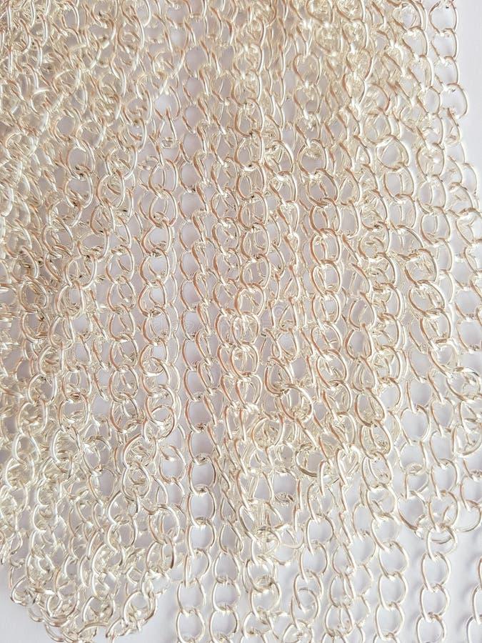 Ασημένιες αλυσίδες σε ένα άσπρο υπόβαθρο στοκ εικόνα με δικαίωμα ελεύθερης χρήσης