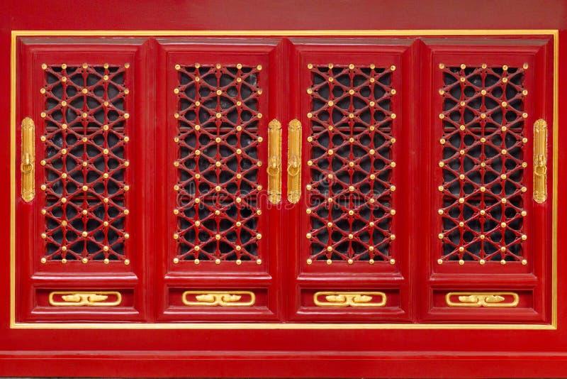 Ασιατικές λεπτομέρειες σχεδίων στην ξύλινα πόρτα ή τα παράθυρα στην απαγορευμένη πόλη της αυτοκρατορικής Royal Palace στοκ εικόνα