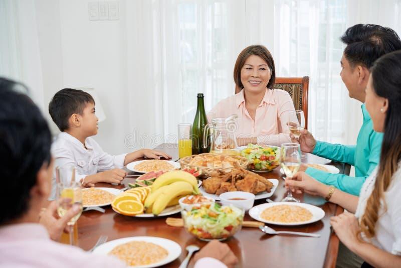 Ασιατική οικογένεια που έχει το εορταστικό γεύμα στοκ φωτογραφία