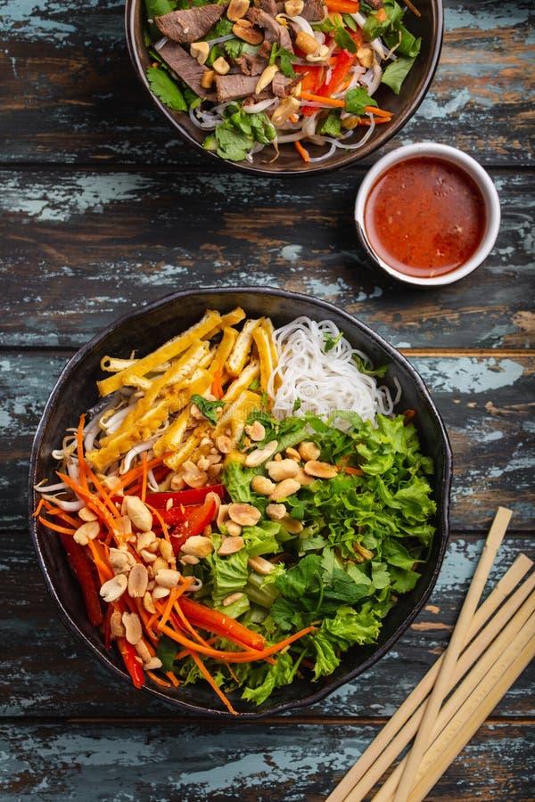 Ασιατική σαλάτα νουντλς ύφους στοκ εικόνες