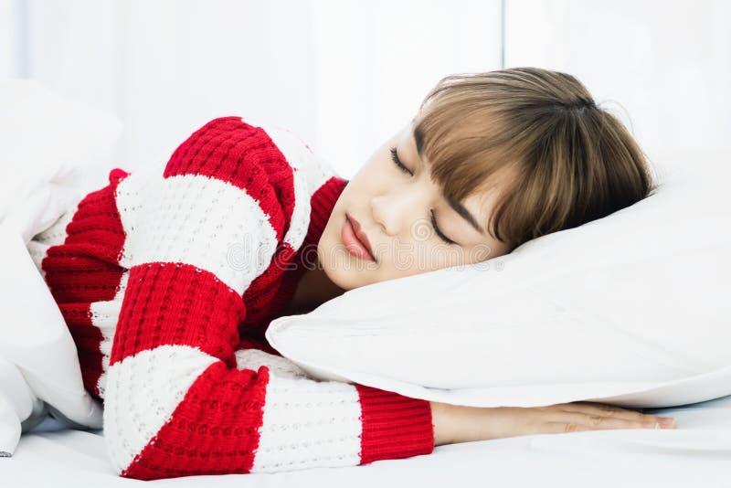 Ασιατικός ύπνος γυναικών στο άσπρο μαξιλάρι στο κρεβάτι στην κρεβατοκάμαρα στις διακοπές ευτυχής χαλαρώστε το χρόνο στοκ εικόνες με δικαίωμα ελεύθερης χρήσης