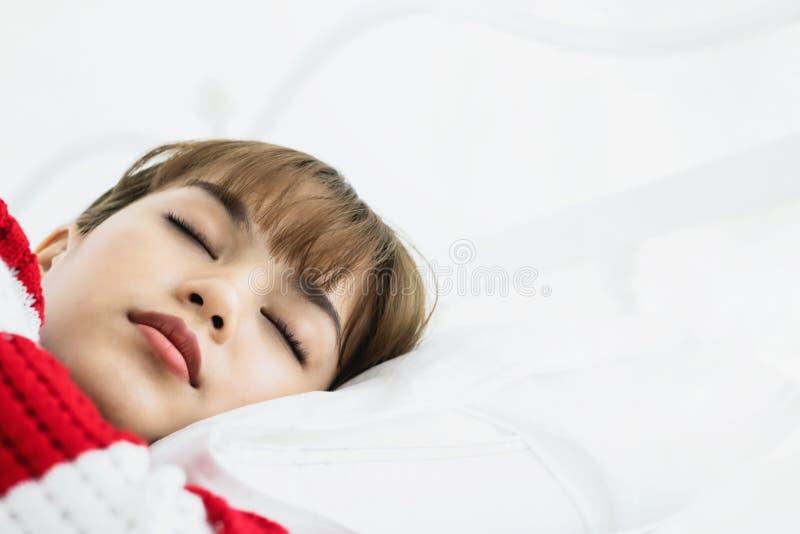 Ασιατικός ύπνος γυναικών στο άσπρο μαξιλάρι στο κρεβάτι στην κρεβατοκάμαρα στις διακοπές ευτυχής χαλαρώστε το χρόνο στοκ εικόνες