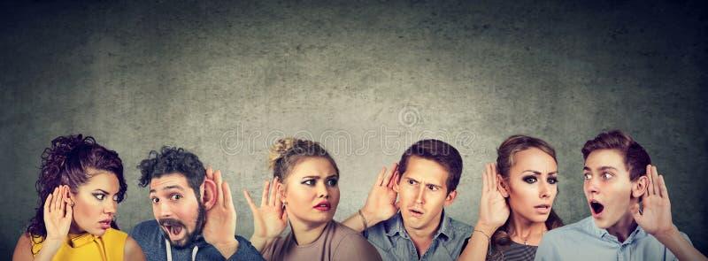 Αστεία επικοινωνία ανθρώπων κουτσομπολιού στοκ φωτογραφία με δικαίωμα ελεύθερης χρήσης