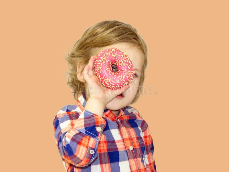Αστείος χρόνος με τα γλυκά τρόφιμα Έξυπνο αγοράκι σε ένα πουκάμισο καρό στοκ φωτογραφία με δικαίωμα ελεύθερης χρήσης