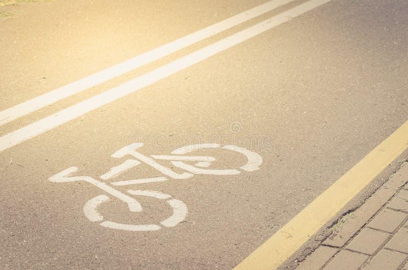 Ασφαλτωμένη διαδρομή ποδηλάτων με έναν χαρακτηρισμό/ασφαλτωμένη διαδρομή ποδηλάτων με έναν χαρακτηρισμό στην ηλιόλουστη ημέρα στοκ εικόνες με δικαίωμα ελεύθερης χρήσης