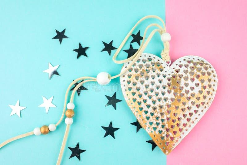 Ασυνήθιστη διακοσμητική καρδιά μετάλλων σε ένα μπλε-ρόδινο υπόβαθρο στοκ φωτογραφία με δικαίωμα ελεύθερης χρήσης
