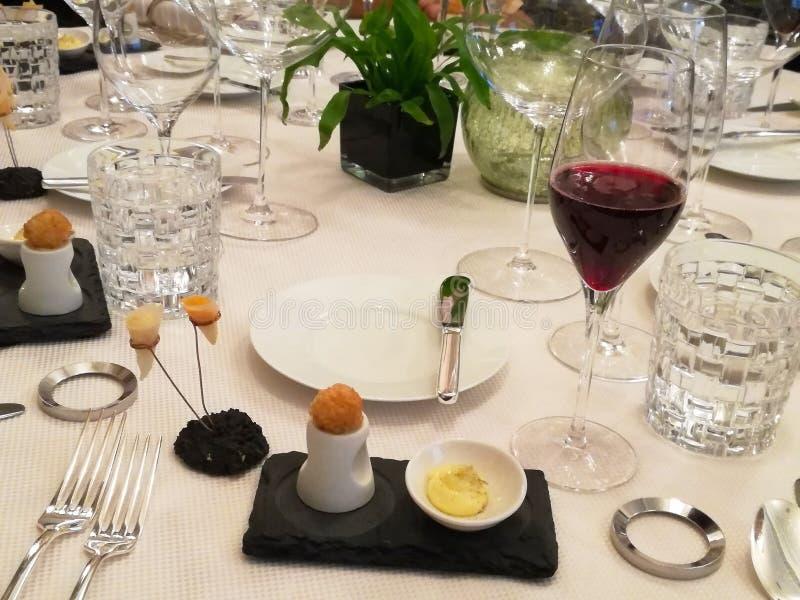Ασυνήθιστη διακόσμηση των πιάτων στο εστιατόριο Μινιμαλισμός, αισθητική, διακόσμηση των τροφίμων Αργά τρόφιμα, γλυκό κέικ, ξύλινο στοκ εικόνες