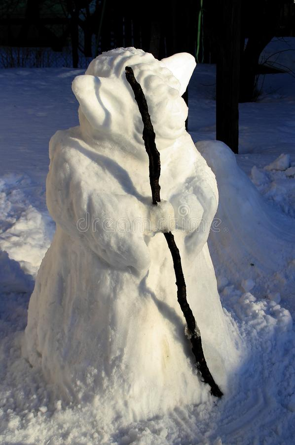 Ασυνήθιστος χιονάνθρωπος με ένα προσωπικό στοκ εικόνες
