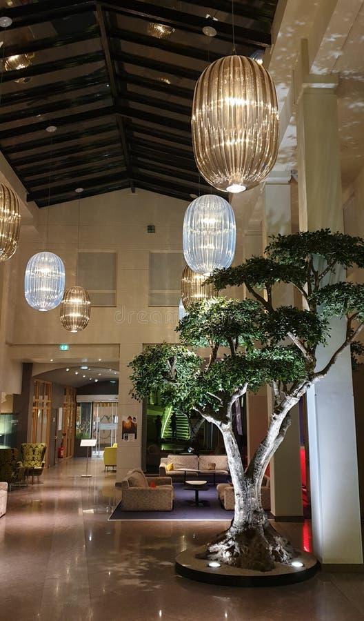Ασυνήθιστο εσωτερικό του λόμπι ξενοδοχείων στοκ φωτογραφία