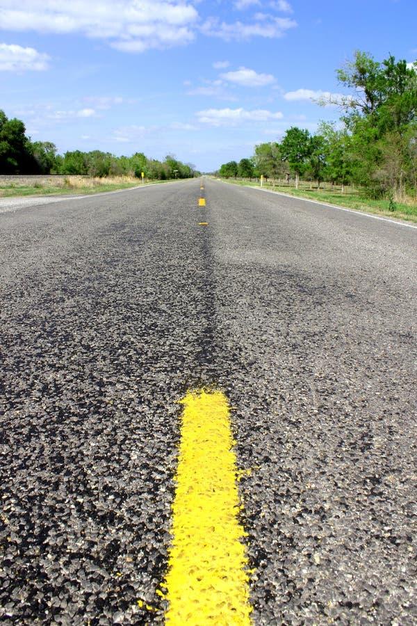 Ατελείωτος δρόμος - δρόμος οδηγεί μέσω της όμορφης αγροτικής γεωργικής γης - οριζόντιος πλαισιωμένος πυροβολισμός στοκ εικόνα με δικαίωμα ελεύθερης χρήσης